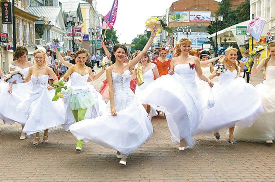 穿婚纱的俄罗斯新娘们.(新华网)