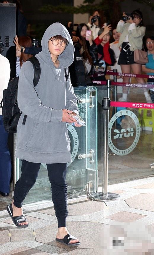 林心如穿拖鞋出门 防弹少年团田柾国shinee泰民也穿拖鞋现身机场