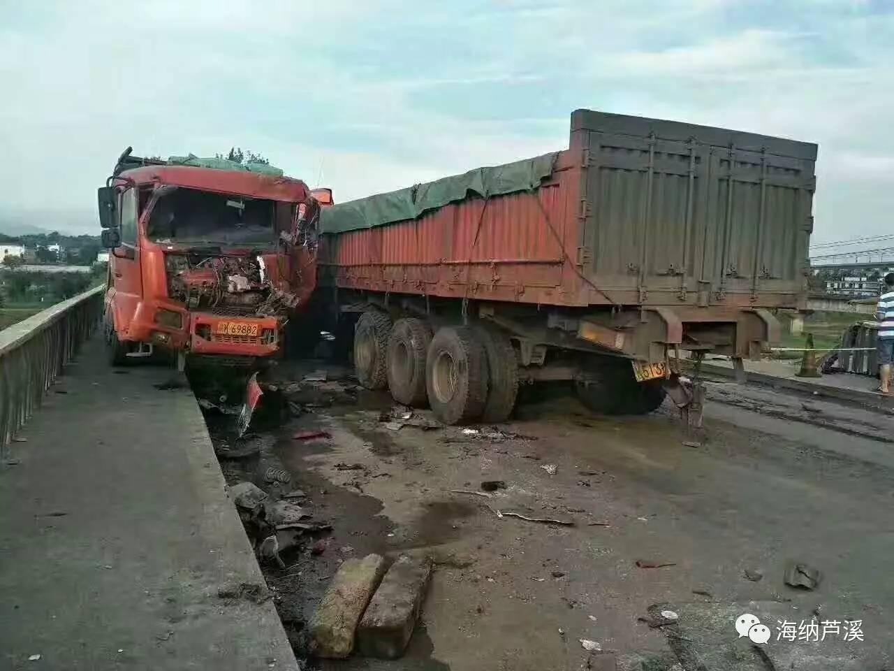 高速路上翻车 一家三口被困 过路公务员救援 鲜血染红了衣服