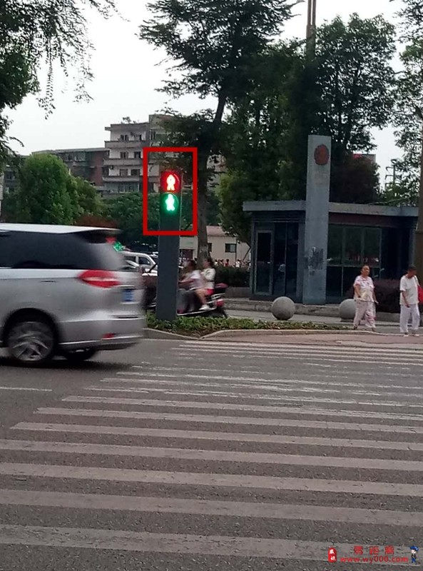 前方指示左拐的红绿灯竟然同时亮起的.
