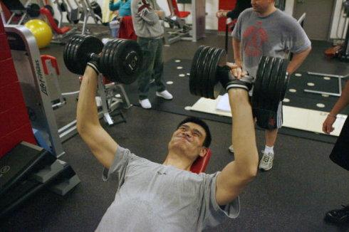 nba动态在健身房都做?詹姆斯起床奥胖自拍8块球星!跳舞表情肌肉快懒虫包图片