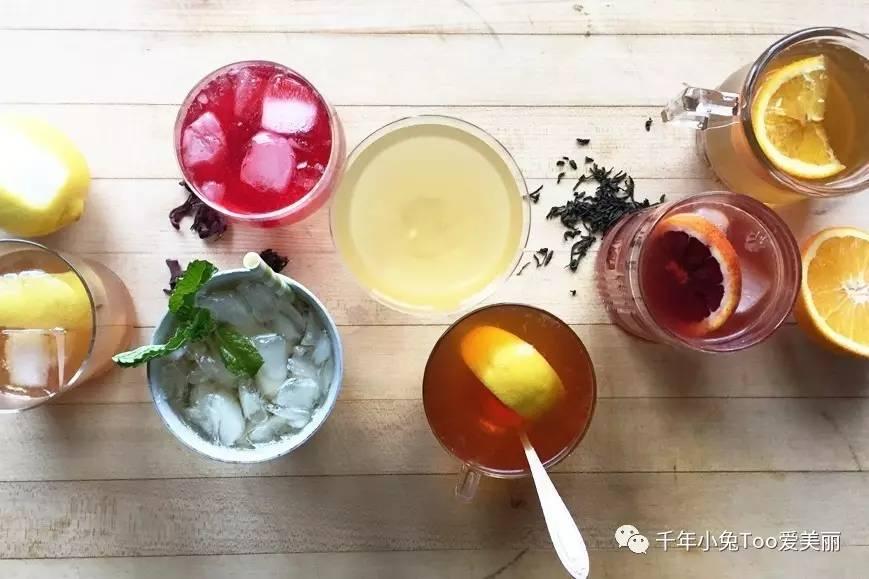 用矿泉水,将茶叶或者茶包放入,静泡5-8小时,就能得到口感甘甜的冷泡茶