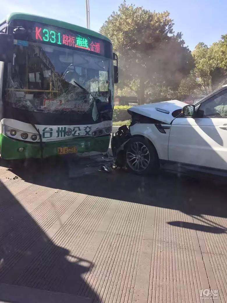 惊呆! 女子开车撞上公交车 没想到却爱上了公交司机