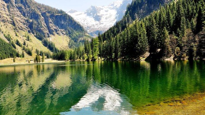 湖,gruener see,green lake), 座落于特拉古斯(tragoess)霍赫史瓦山脚