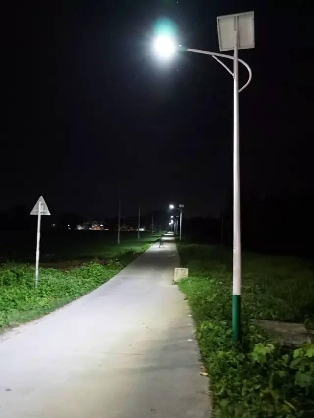 和附近房屋的灯光来认路 现在,农村的大路边早已竖起了太阳能路灯 有图片