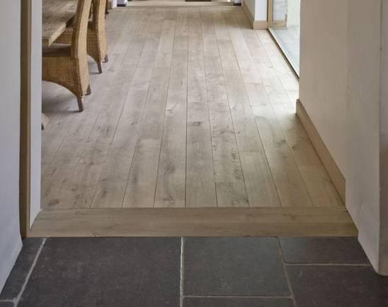 你家木地板是竖着贴的,想要它和瓷砖之间有个过渡,把其中一块木板横