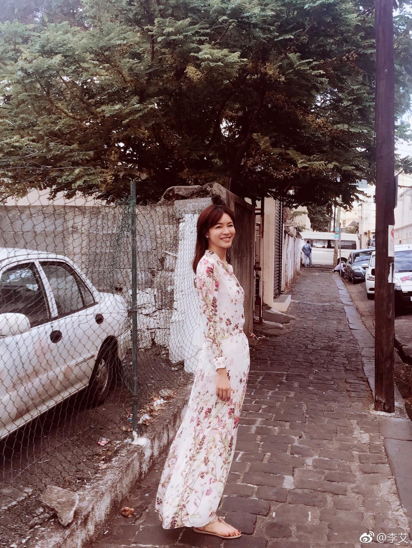 李艾穿高开衩裙秀好身材 大长腿实力抢镜