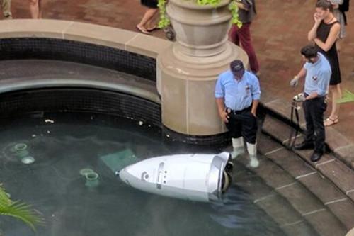 美国一安保机器人冲到了喷泉池中是天太热了么?