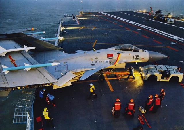 军事资讯_军事资讯:歼15折叠翼挂满导弹在辽宁舰上成功夜降,舰载机水平又上新