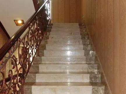 也可以用抛光砖,大理石瓷砖等来开介加工成楼梯砖铺贴.图片