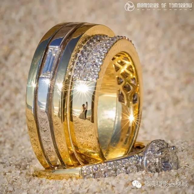 原标题:【创意摄影】以婚戒为媒 与众不同的创意婚礼摄影作品  婚礼作为人生中最重要的时刻成为了最常被拍摄的题材之一,然而作为婚姻和爱情象征的婚戒却常常被人们所忽略。抛开那些常规的或唯美、或甜蜜的双人婚礼照,有没有一种更有创意的方式能够将婚戒与婚礼结合在一起呢?近日,摄影师Peter Adams-Shawn就为我们提供了一种全新的婚礼照片拍摄方式。 在这个名为Ringscapes的系列中,婚戒反客为主成为了画面中的绝对主角,但不要以为这只是一些静物摄影,只要我们仔细观察就会发现在这些婚戒上倒映着的不正是一