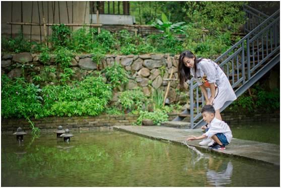 民宿·专栏   隐居深山老林,这对夫妻在千岛湖畔上演现实版『神雕侠侣图片