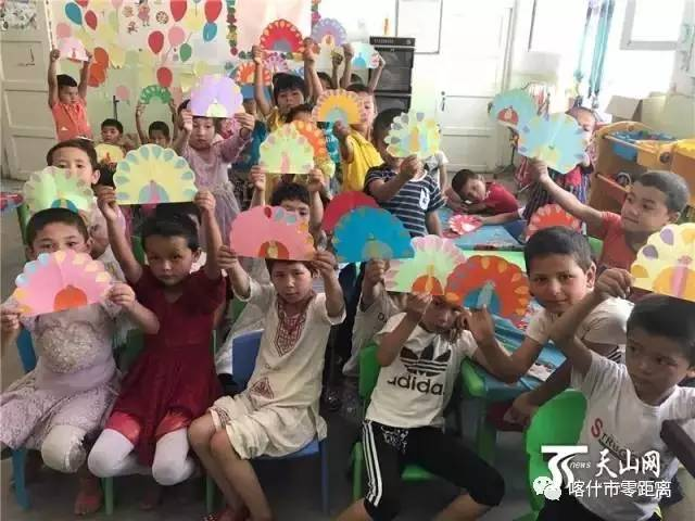 示自己做的孔雀剪贴画.-我是一颗石榴籽 一位新疆支教老师给孩子