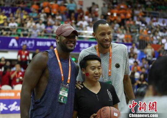 图为普林斯向球迷赠送签名篮球. 贺俊怡 摄