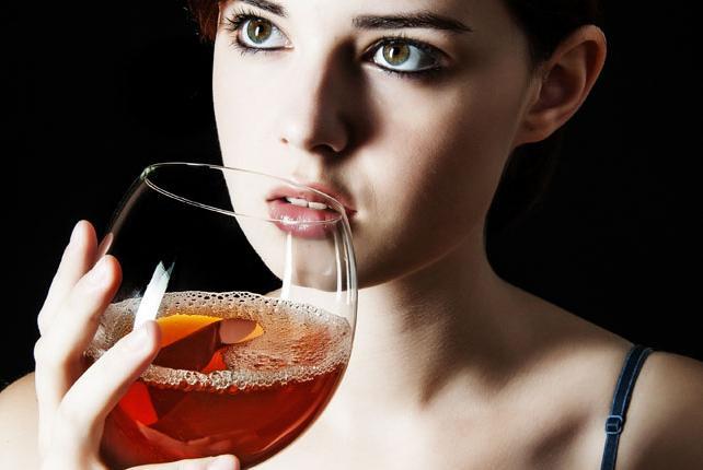 古装美女喝酒手绘图片