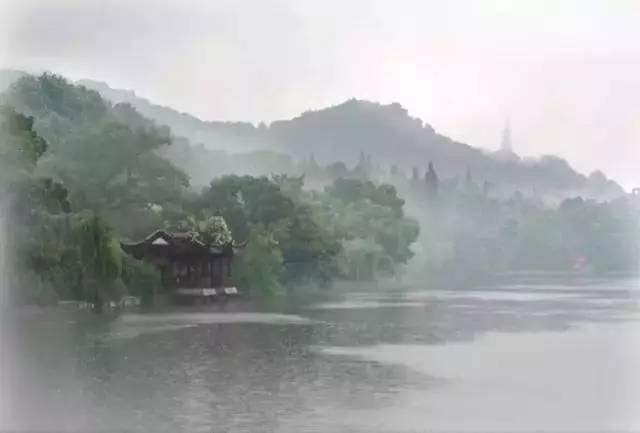 诗词日历 黑云翻墨未遮山,白雨跳珠乱入船