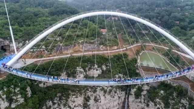 这是世界首例 『无背索斜拉弧形玻璃桥』 整个桥体悬空 特别感谢图片图片