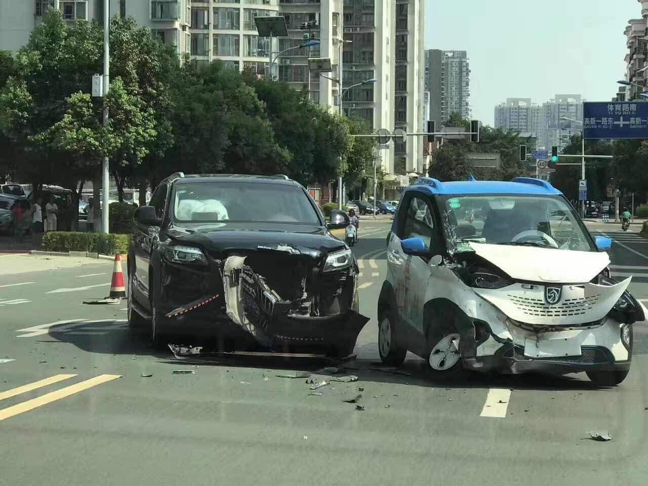 宝骏E100与奥迪Q7相怼 司机讲述事故前因后果高清图片
