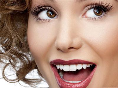 有的人认为健康的牙齿是纯白色的,就像牙膏广告中模特的牙齿一样.