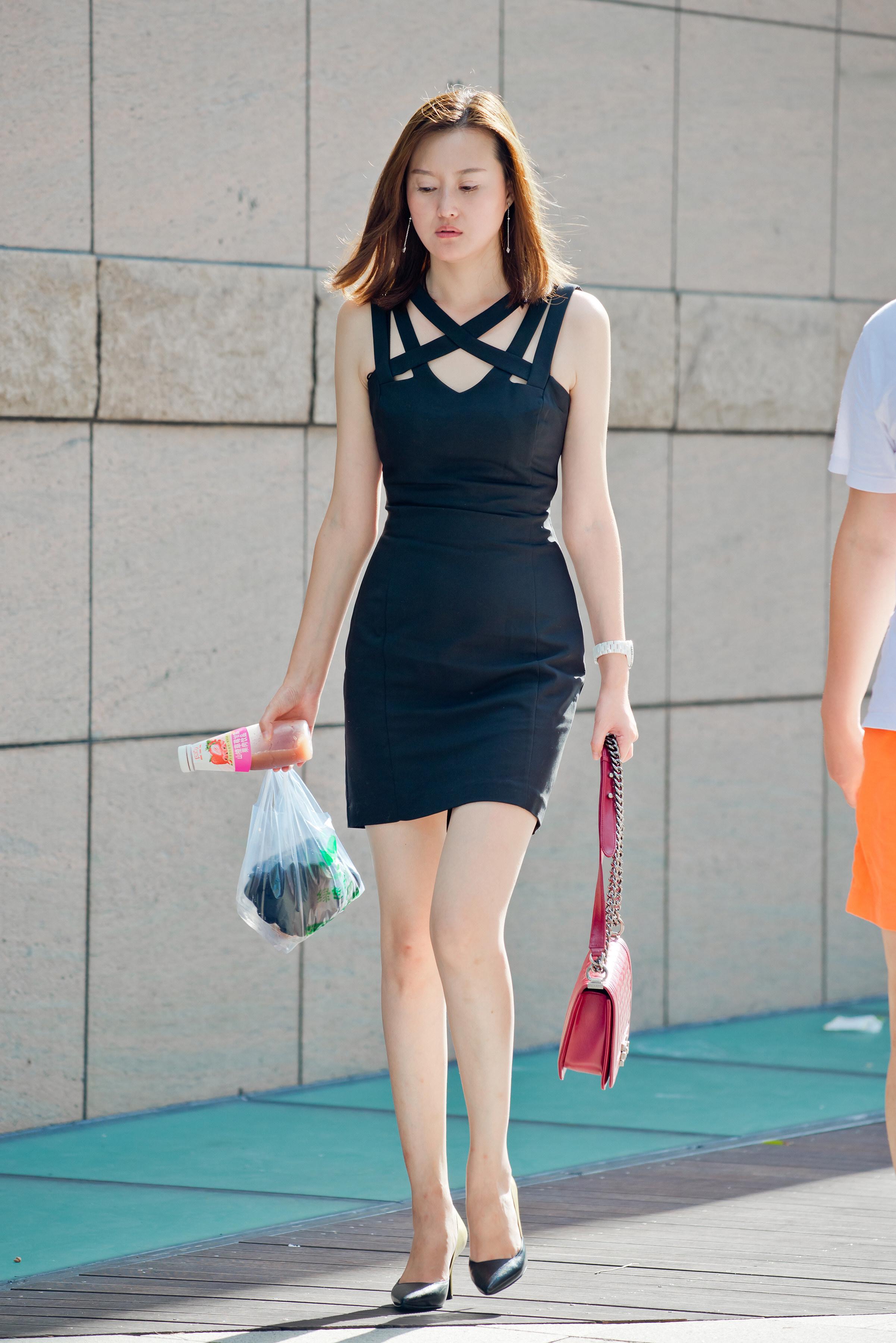 街拍:漂亮的黑裙高跟美女,白嫩肌肤,高挑身材_搜狐时尚_搜狐网