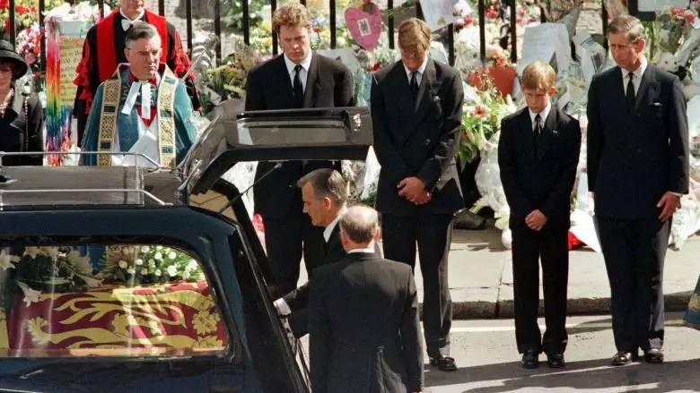 娱乐 正文  ▲威廉王子和哈里王子出席戴安娜王妃葬礼.