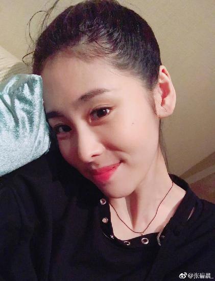张碧晨晒搞怪照化身百变女神纪念出道三周年