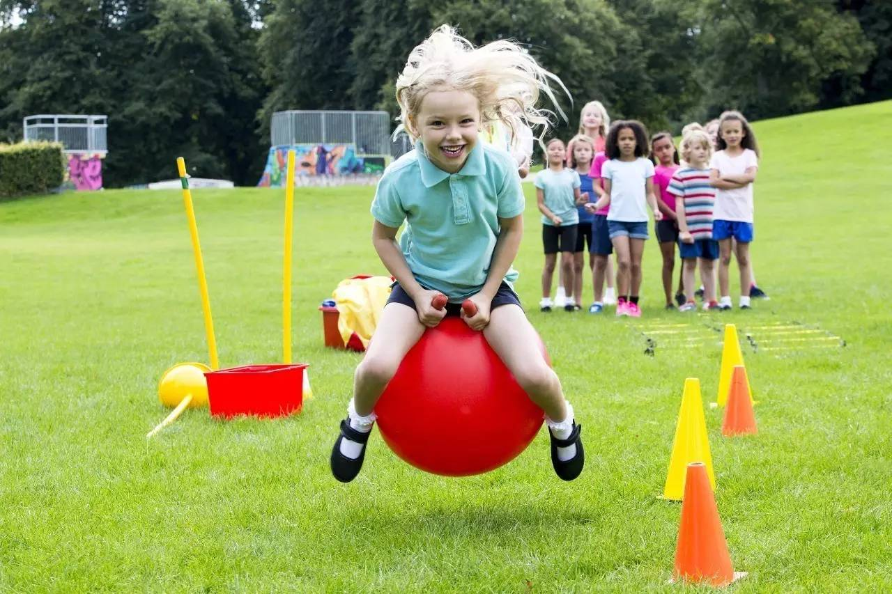 5、跳羊角球   玩法:让幼儿坐在羊角球上往上跳.