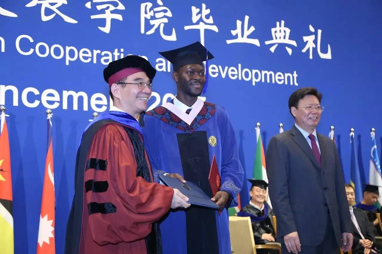 南南学院首批毕业生Omole坦言,中国发展秘诀值得学习!