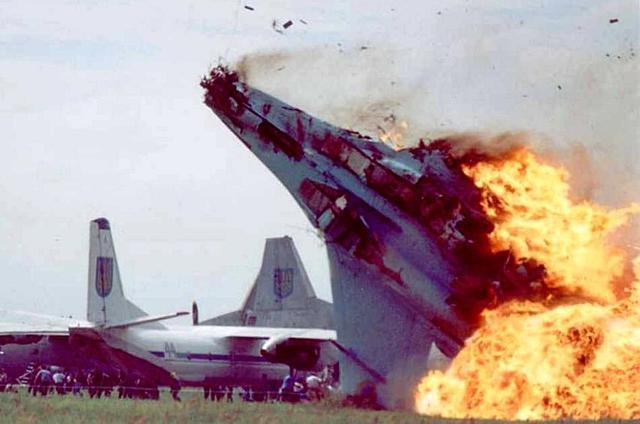 苏-27战斗机因飞行员失误而坠毁,爆炸起火后造成了78人死亡