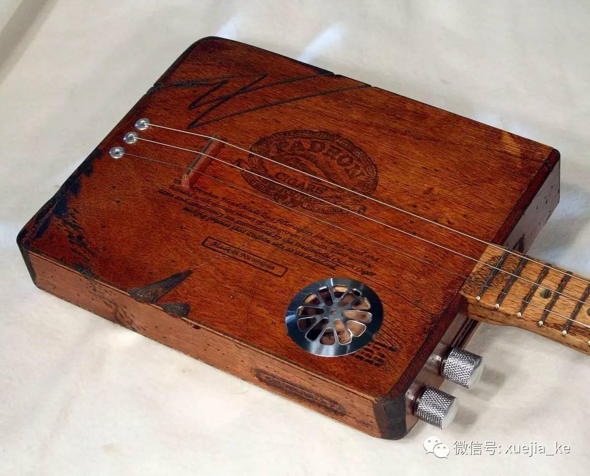 这姑娘唱着布鲁斯弹着雪茄盒吉他,气场爆棚啊!