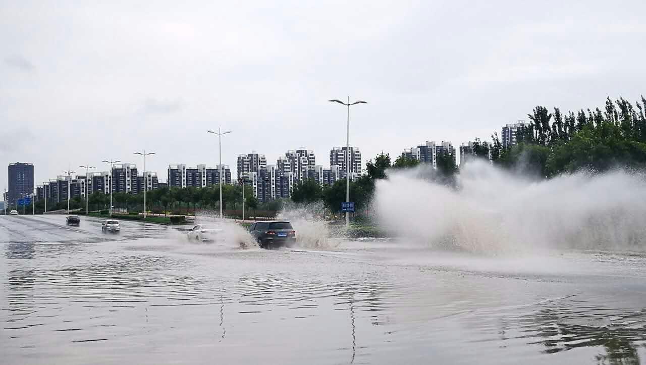 涉水而过_而一些不得不经过的汽车就不可避免的要涉水而行,涉水而行首先要清除