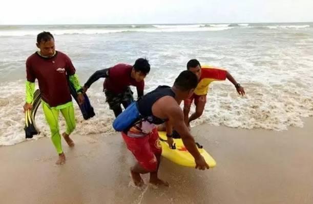 三天内两发溺水事故 赴泰中国游客一死一伤 当地时间6月14日早8点, 普吉岛卡马拉海滩当地警方发现一具男性遗体, 泰国警方表示, 死者是一名溺水身亡的中国男性游客,年仅18岁。 据泰国当地救援队介绍, 13日晚间有4名中国游客下海游泳。 救生员劝阻后,有2人返回岸边。 另外2人继续在海中游泳,随后溺水。 两名溺水游客中有1人随后被救上岸, 另1人则被大浪卷走, 直到14日早上8点其遗体被发现。