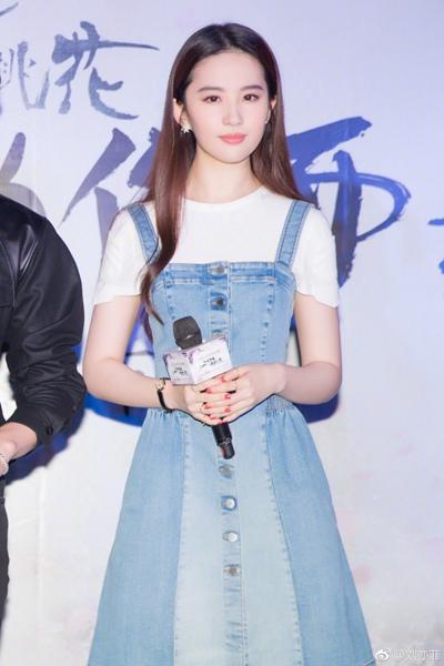 30岁刘亦菲穿牛仔裙美成仙马伊琍赵丽颖杨幂女星牛仔裙造型PK