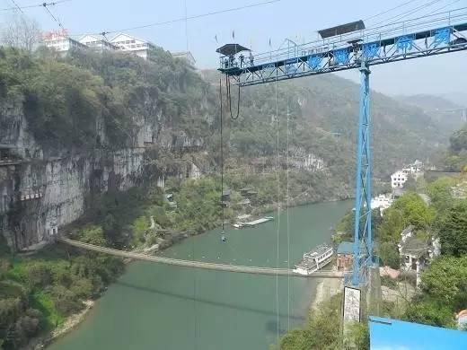 国内最高蹦极_三峡蹦极是快乐谷的标牌项目,它的高度为61米,是目前为止全国峡谷中最