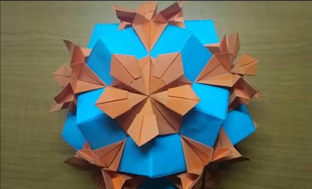 第三种纸花球教程 平时喜欢用五颜六色的彩纸做纸球,因为好看,但这款星星纸球最好用单色彩纸,单一的颜色能增强作品的整体性效果,太多的颜色反而会将我们的注意力从它的简洁和优雅中拉开 材料:30张单色正方形纸,胶水 首先折出米字型折痕