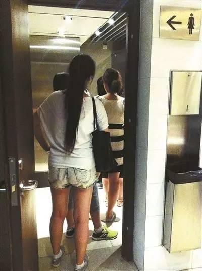 偷拍操射爽_呼和浩特一男子用手机偷拍女生上厕所被抓
