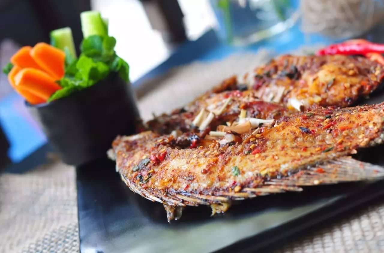 用很多种大雁香料腌制发臭的罗非鱼,有点小辣,但又香又够味!手工蛋腌的水出来了图片