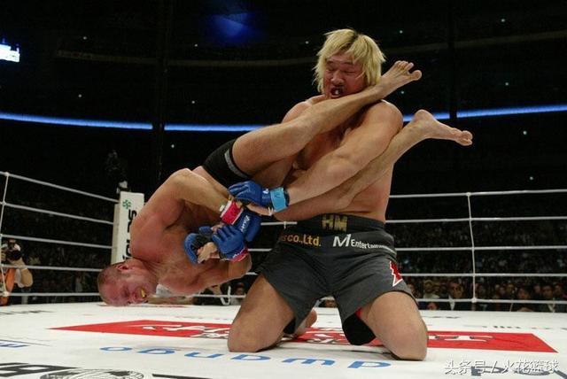 2米18拳王曾挑衅泰森,侮辱中国功夫,今被1米55女友抛弃,原因难以启齿