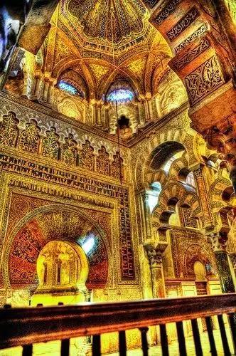 大清真寺是伊斯兰教风和基督教风并存的建筑,被称为圆柱森林,顾名