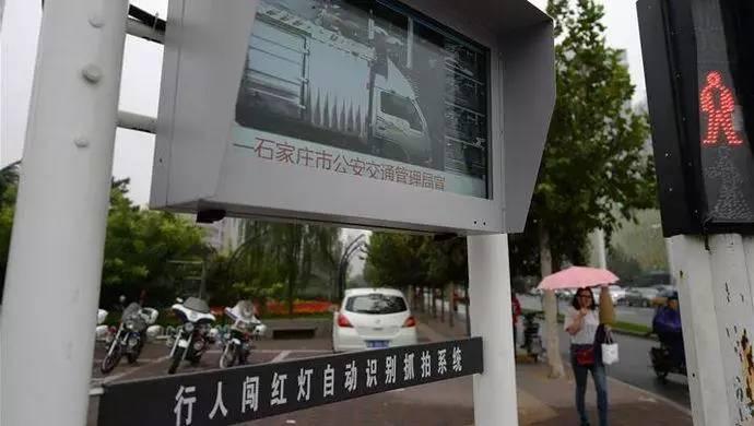 红绿灯处违章相片-电子警察,违法照片将在周边公交站滚屏,已有27人被处理图片