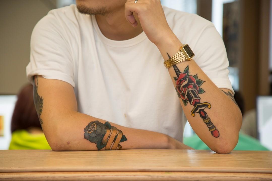 潮男 手撑在柜台上和别人聊天的时候,酷炸了 做一次纹身大概多长时间?