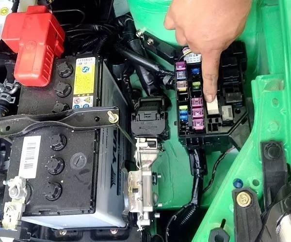 02 出线路故障,空调保险丝烧断 汽车空调不制冷也可能与线路有关