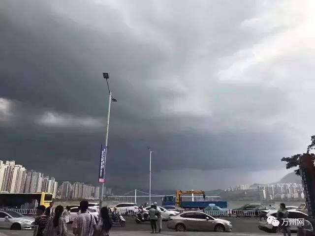 刚刚万州倾盆大雨 大风 暴雨 雷电场面吓人 高速路紧急关闭
