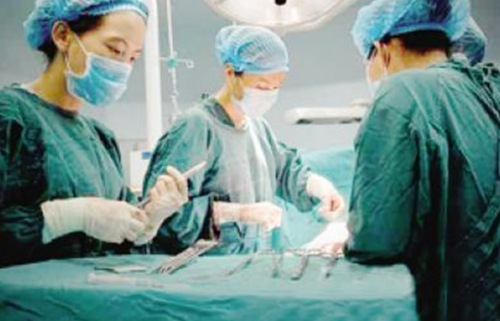 医生剖开产妇肚子,映入眼前的画面让他心慌,大骂产妇乱来