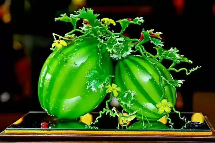 这琉璃西瓜如翡翠一般养眼,足可以令所有的顶级大师赞叹称道.