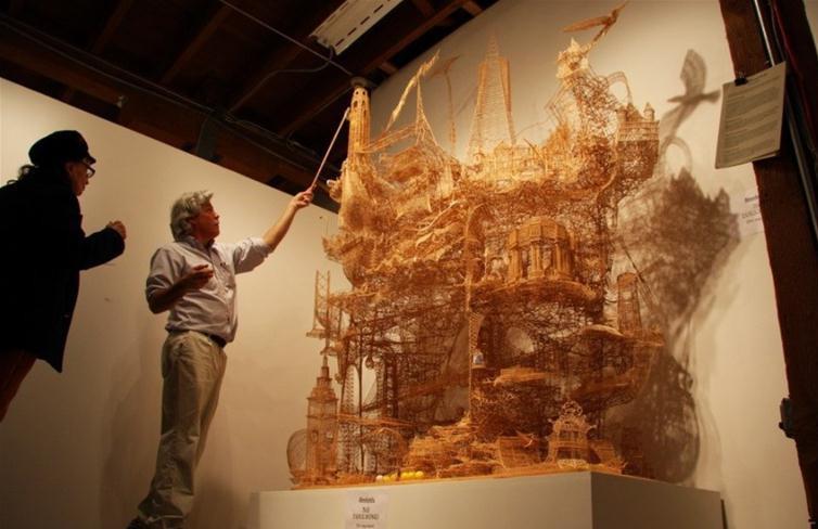 他花了34时间用牙签搭建各种造型的艺术品,城堡,塔,桥,别墅,风车,中国