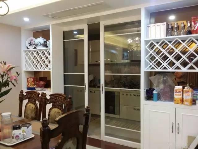 通过玻璃隔断油烟,同时用玻璃让采光得意共享,避免厨房黑蒙蒙.图片