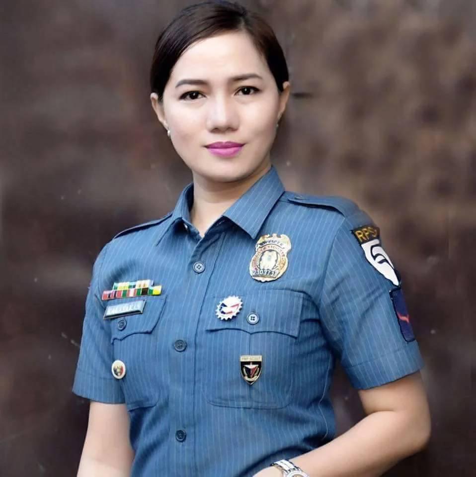 """图中的女警察被誉为""""菲律宾最美女警"""".她的颜值和身材吸引了许"""