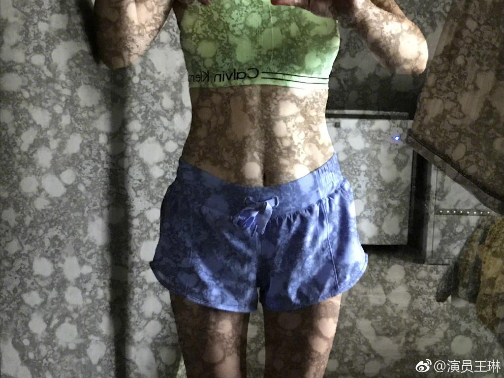 """扎心了!杨幂宋茜蔡依林频穿露脐装""""炫腹"""",却被这几个40多岁的阿姨秒成渣!"""