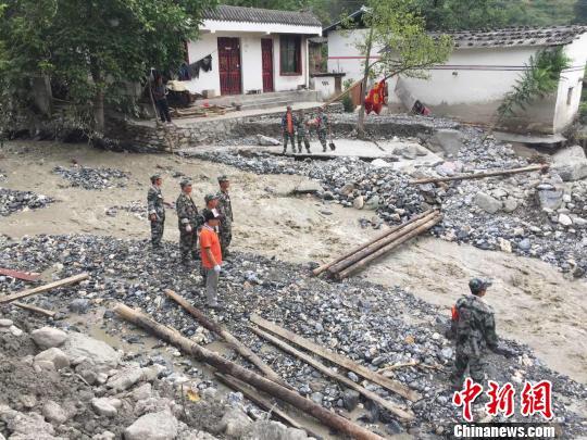 甘肃文县泥石流救援难题:淤泥清理难 仍有千处隐患